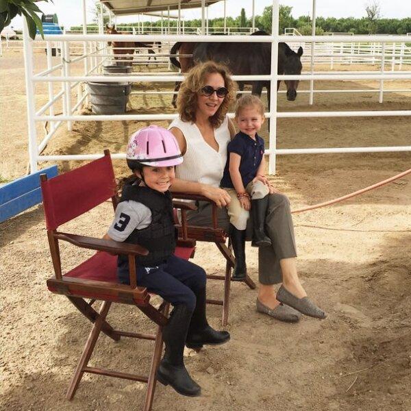Esta es una de las últimas imágenes que la aún esposa de Jorge Vergara ha compartido en su red social, en la que la vemos compartir un momento con los caballos junto a sus hijas, en El Paso Texas.