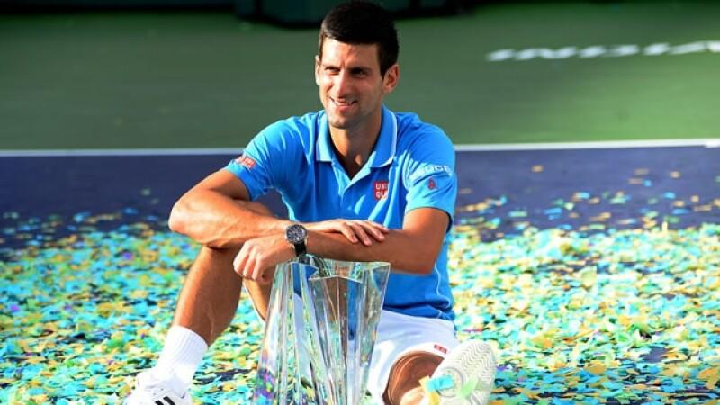 El tenista Novak Djokovic celebra su título Master 1000 de Indian Wells, el cuarto de su carrera