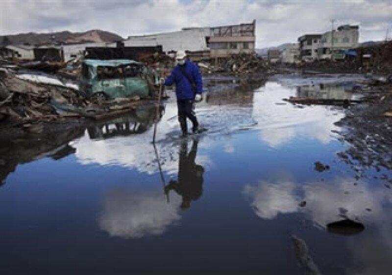Los daños por el sismo y el tsunami podrían superar los 300,000 mdd. (Foto: AP)