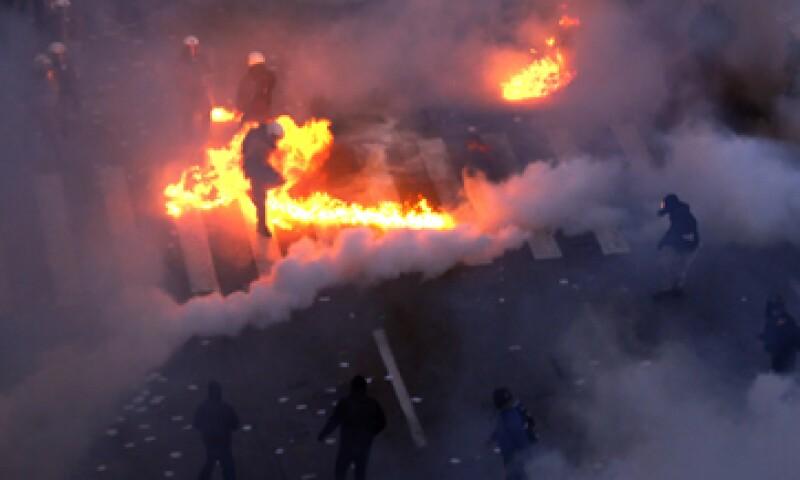 Griegos inconformes con las medidas de austeridad tomaron las calles y protagonizaron fuertes manifestaciones. (Foto: AP)