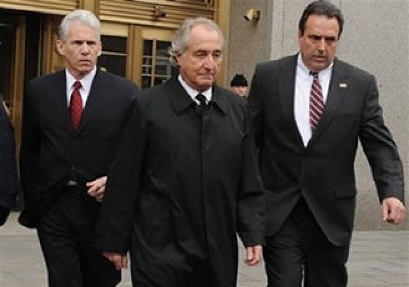 Bernard Madoff (centro) se había declarado culpable de 11 cargos de fraude. (Foto: AP)