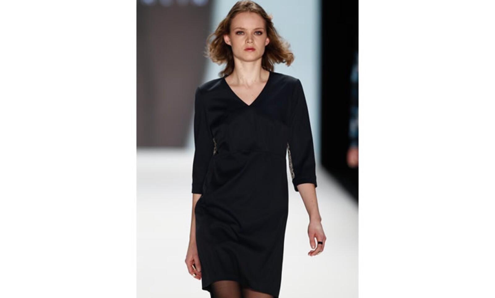 Un vestido a media rodillas, con mangas y en tonos neutros dará variedad a tus imagen.