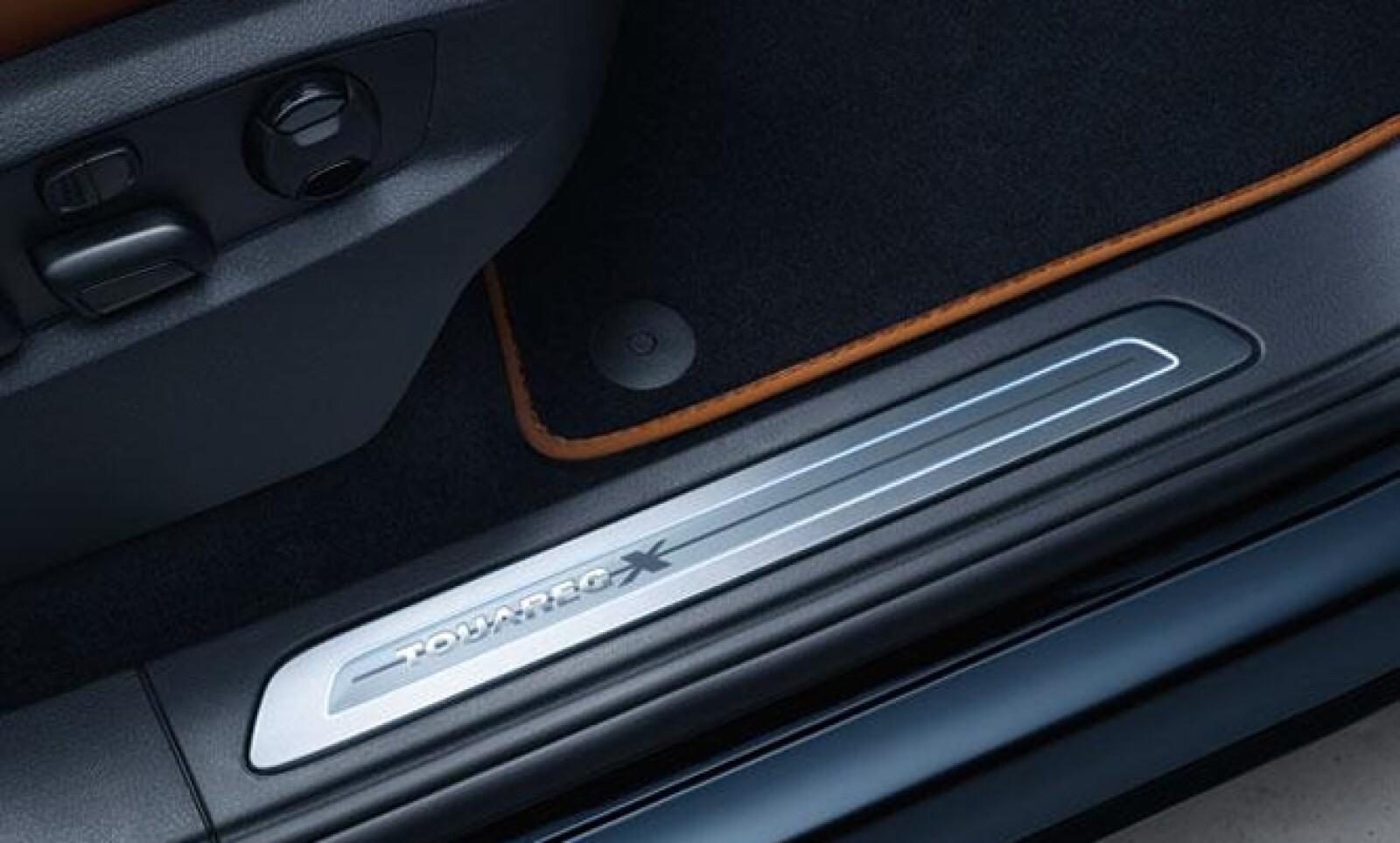 Entre los detalles encontramos la iluminación de las puertas frontales con logos de la edición y costuras en el volante de cuero, la palanca de cambio y las alfombrillas.