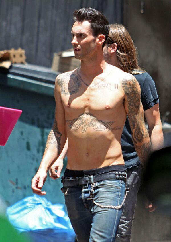 Si se trata de un concierto, Adam Levine dice fuera ropa para rockear con Maroon 5.