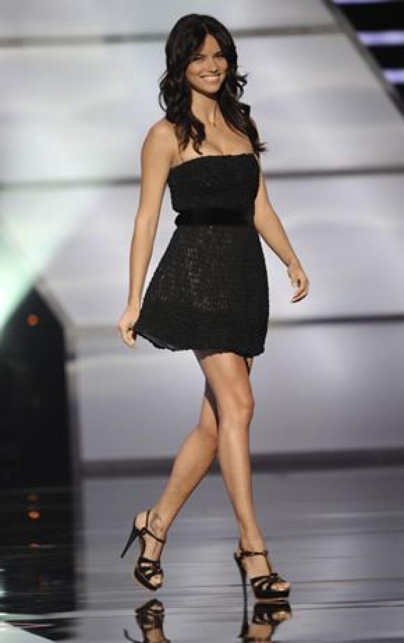 La modelo brasileña se estrenará como actriz en la serie de televisión producida por Salma.