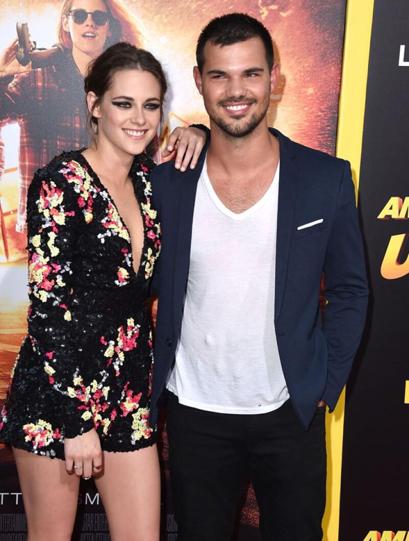"""Los personajes de """"Twilight"""" se fotografiaron juntos en la red carpet de la nueva película de la actriz, """"American Ultra"""", ayer por la noche."""