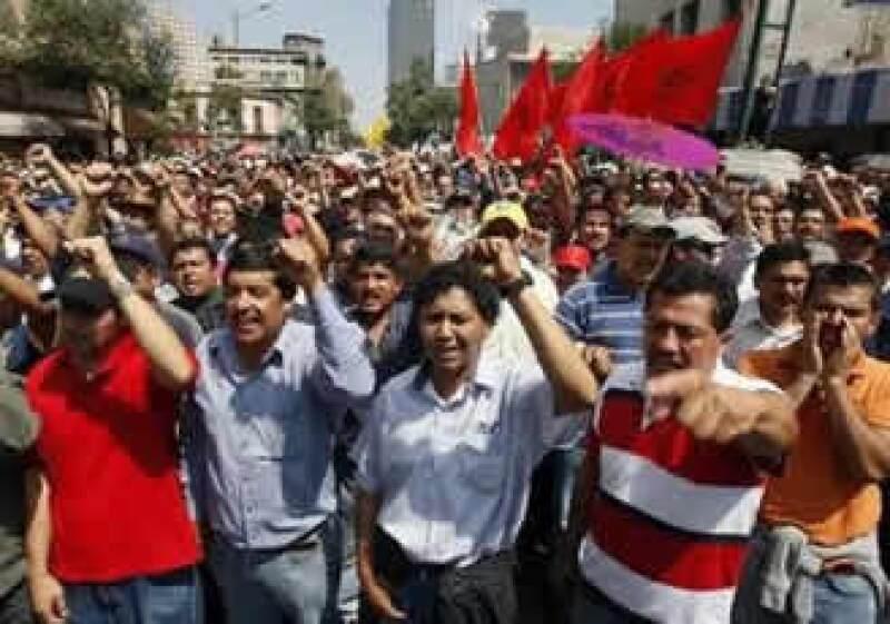 La medida que aplicó Calderón no debe limitarse al sindicato de Luz y Fuerza, sostienen expertos. (Foto: Reuters)