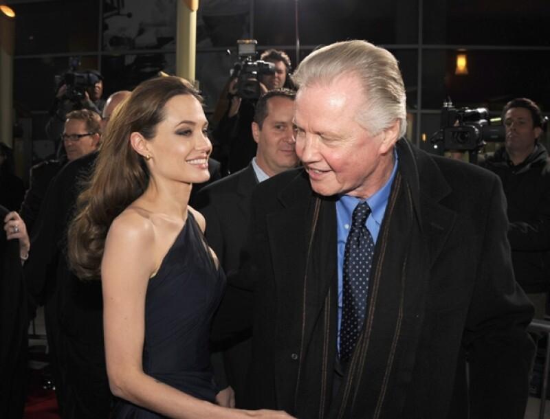Es sabido que Angelina es cercana a su papá por lo que sorprendió que no hubiera asistido a la boda.