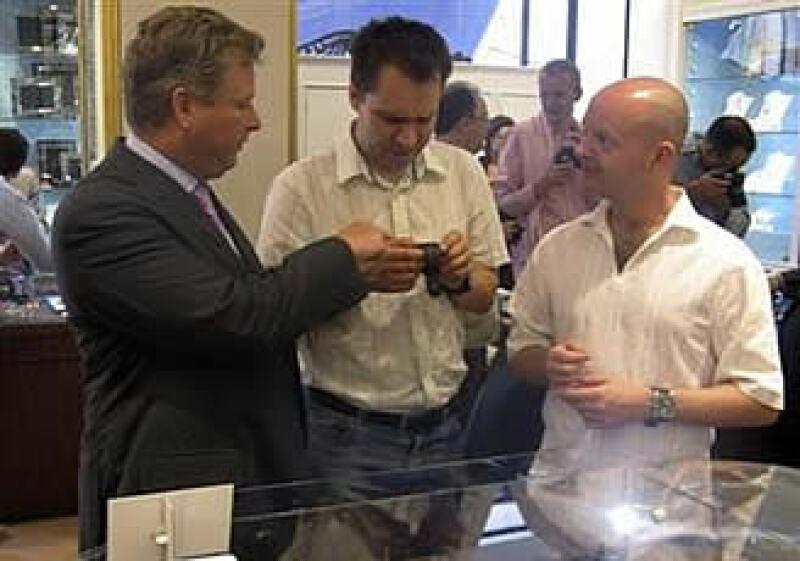 A la izquierda, William Asprey, dueño de William & Son muestra un relojes de colección en Londres durante la reunión de aficionados. (Foto: Reuters)