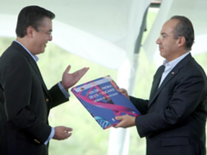 El doctor Gerardo Jiménez Sánchez, quien encabezó el proyecto, presentó el 11 de mayo el Mapa del Genoma de los Mexicanos junto al Presidente Felipe Calderón. (Foto: Notimex)