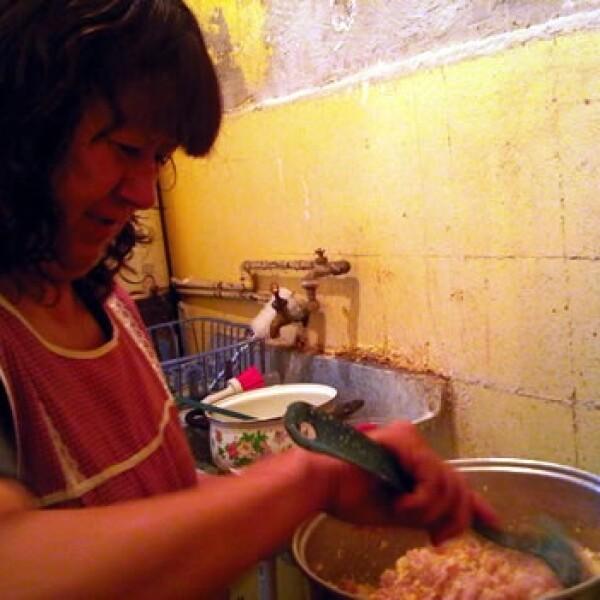 Ana Maria Resendiz cocinando