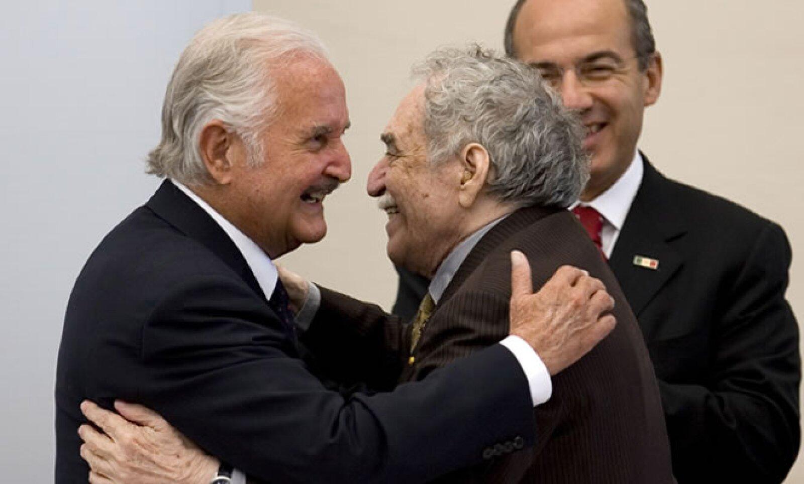 Carlos Fuentes abrazó al premio Nobel y escritor colombiano, Gabriel García Márquez durante  su homenaje nacional en 2008.