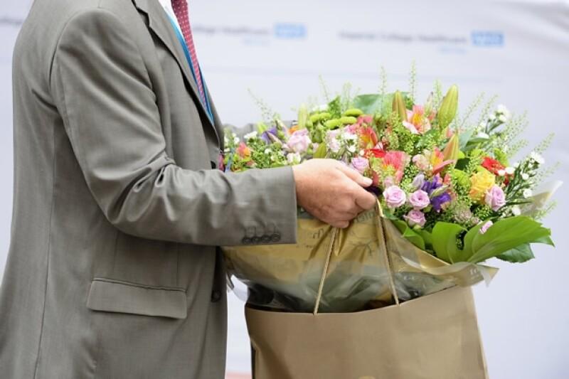 Han llegado varias flores al hospital para los recién estrenados papás y el bebé.
