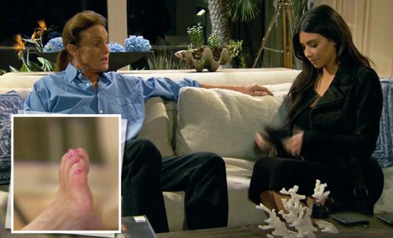 Bruce le mostró orgulloso sus unas pintadas a Kim y admite que él se las pinta solo.