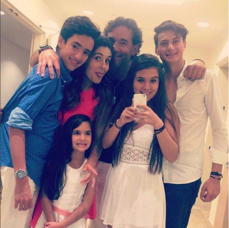 La familia de Mayrín: Sebastián, Mayrín, Julia, Eduardo, Romina y su novio.