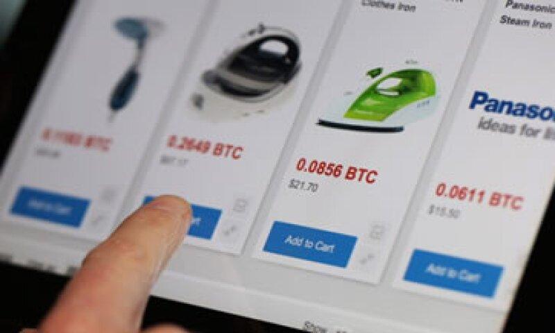 Los usuarios almacenan sus bitcoines y pueden hacer compras en línea sin ningún cargo extra. (Foto: Getty Images)