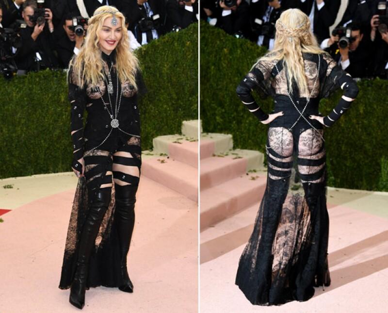 La cantante compartió en sus redes sociales un mensaje para defender su revelador vestido Givenchy de las críticas.