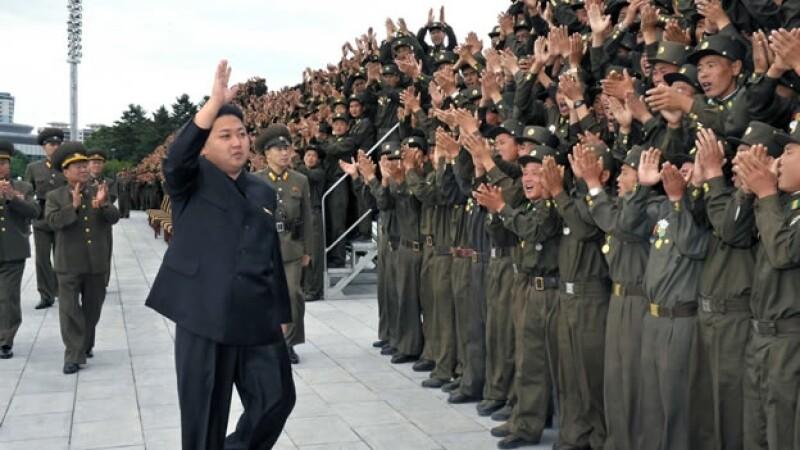 El líder Kim Jong Un saluda a soldados