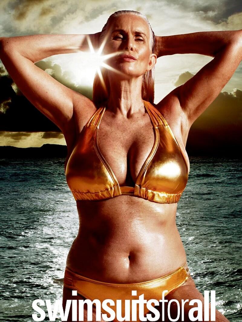 La modelo hace historia al convertirse en la mujer de mayor edad, hasta ahora, en posar para la edición de trajes de baño de la revista Sports Illustrated.