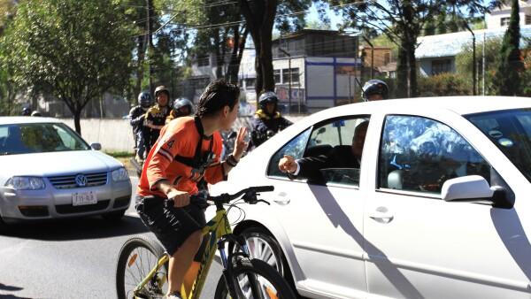 El momento exacto en el que el joven de la bici se acerco a AMLO.