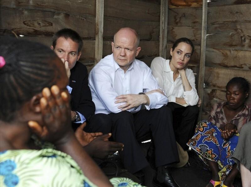 Angelina con el Secretario inglés William Hague.