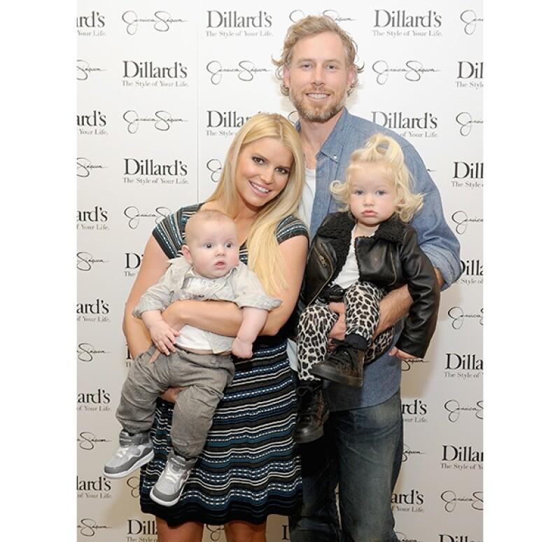 Jessica Simpson estuvo acompañada de su familia durante la presentación de su nueva línea de ropa.