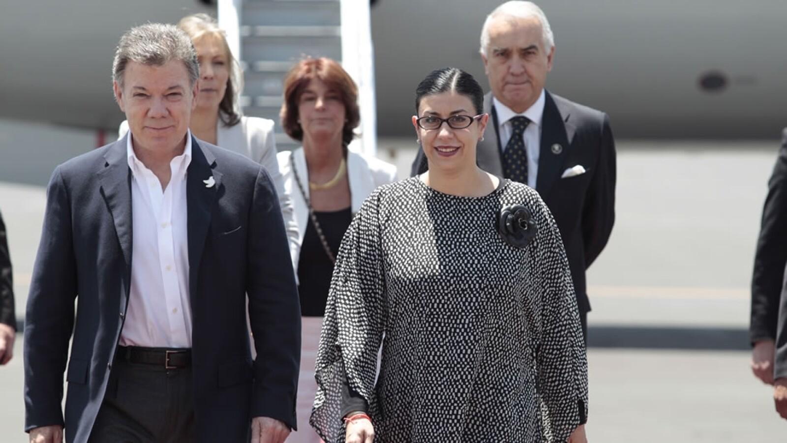 El Presidente de Colombia, Juan Manuel Santos, arribó este lunes al hangar presidencial de la Ciudad de México