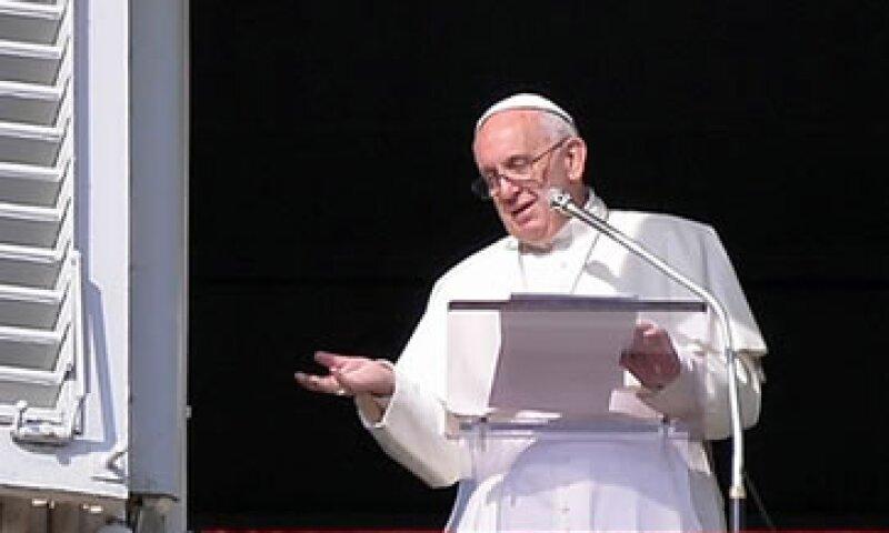 El papa Francisco habló de los atentados ante miles de peregrinos en la Plaza San Pedro. (Foto: EFE)