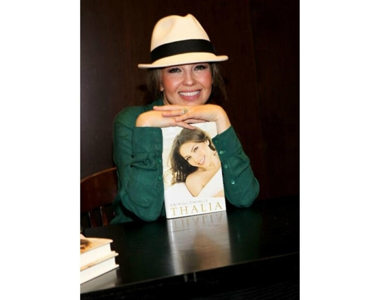 La cantante mexicana compartió en la famosa red social algunas imágenes de la presentación de su libro en Nueva York.