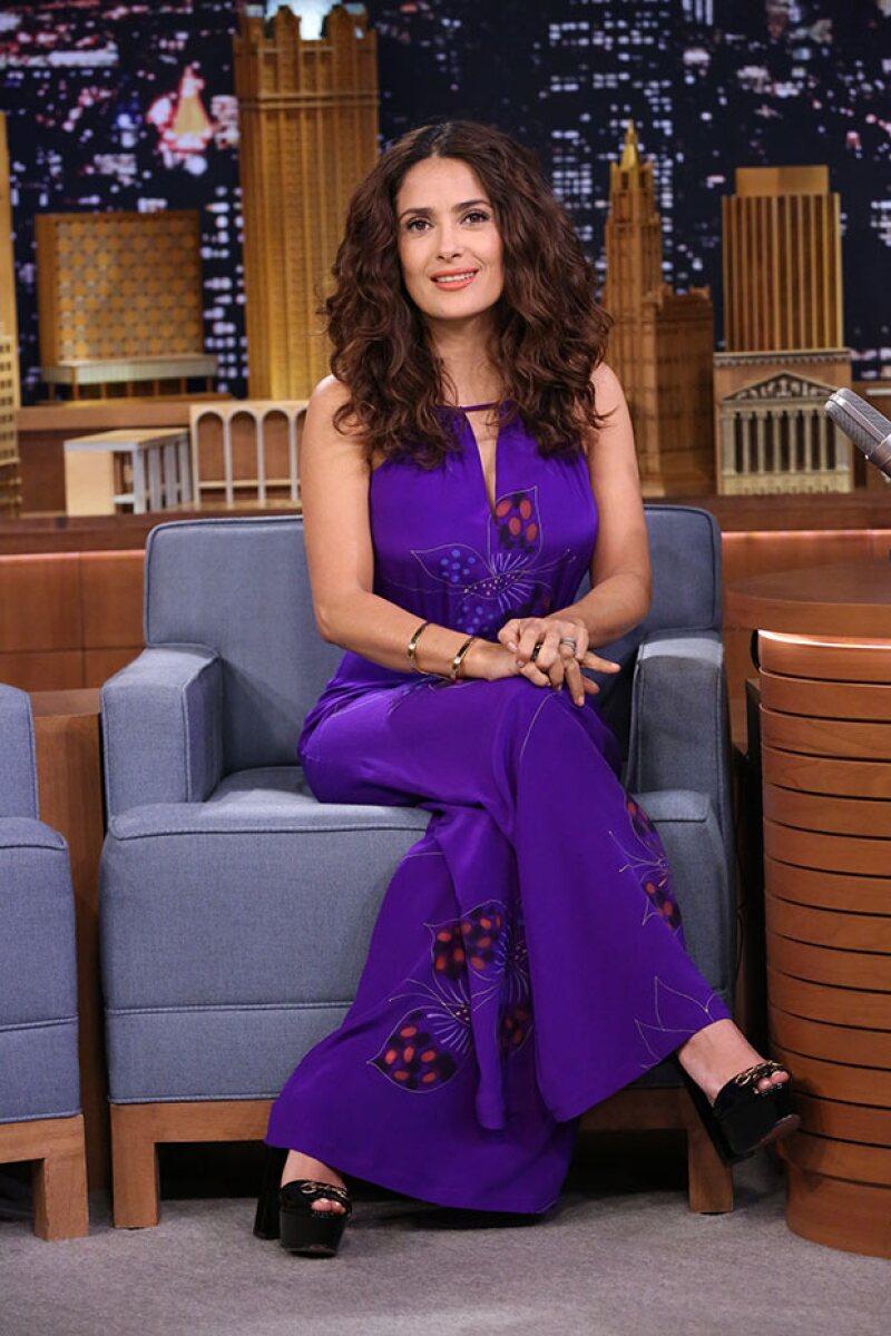 La actriz mexicana acudió al programa del conductor estadounidense, en el que participó en un juego que le permitió ganarse varios perritos.