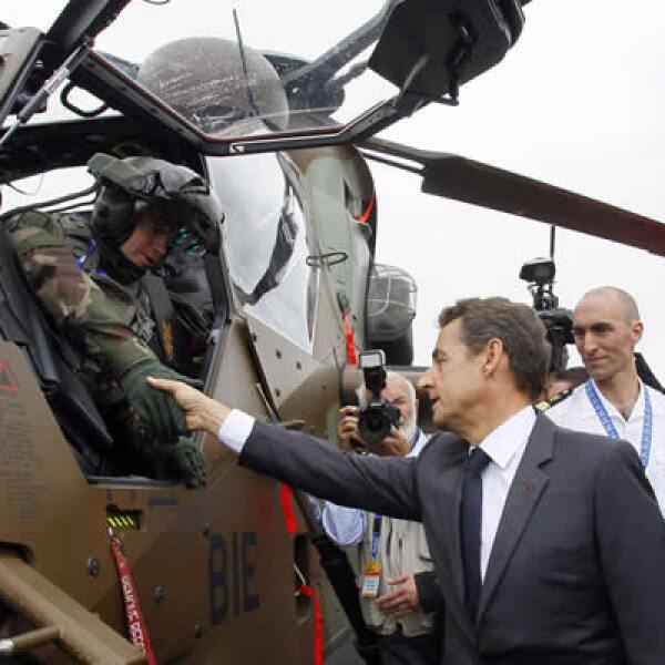 """El presidente francés Nicolas Sarkozy estrecha la mano del piloto de un helicóptero de ataque """"Eurocopter Tiger"""" durante la inauguración de la  exhibición."""