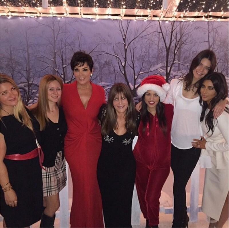 Kris Jenner acompañó a sus hijas en el festejo luciendo un ajustado vestido en color rojo.