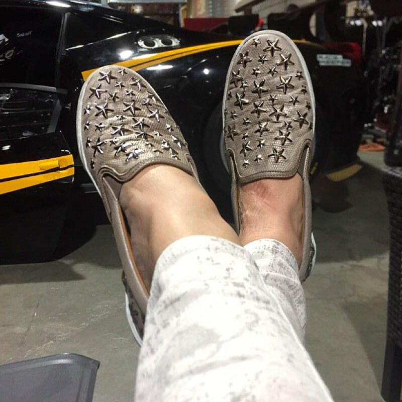 Y mientras se encontraba en el lugar, la conductora aprovechó para presumir sus zapatos, los cuales según ella le elogiaron varias veces en el día.