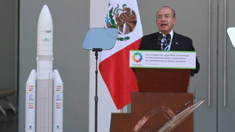 Felipe Calderón inaugura el centro de control de Satmex