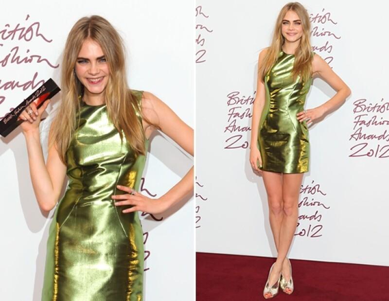 Cara Delevigne, modelo del año, usó un vestido de Burberry.