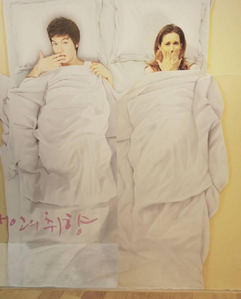 La conductora bromeó en Instagram con su esposo al publicar una foto donde se encuentra en la misma cama que un famoso actor coreano.