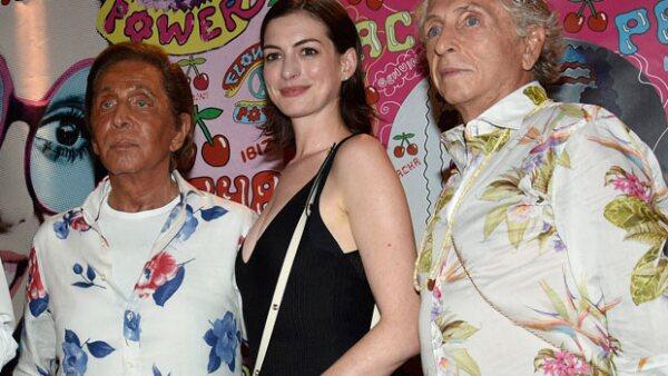 Al parecer el exitoso diseñador de modas no alcanzó a medir el tono de su bronceado, pues durante un evento en Ibiza su cara se vio más naranja que nunca.