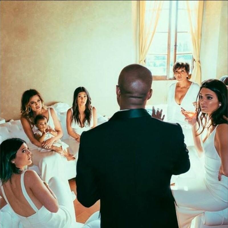 Khloé compartió esta imagen del momento en el que Kanye les daba indicaciones previo al enlace.