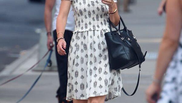 Katie Holmes en un vestido corto con estampados que combinó con sandalias y una bolsa oversize en negro.