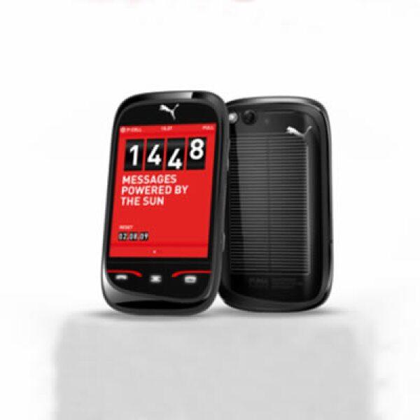 """""""El dispositivo telefónico de Puma fue hecho bajo la asociación de la compañía de soluciones en comunicaciones Sagem, tendrá un panel solar para cargar la batería, una pantalla táctil y conexión a Internet vía wireless y 3G."""