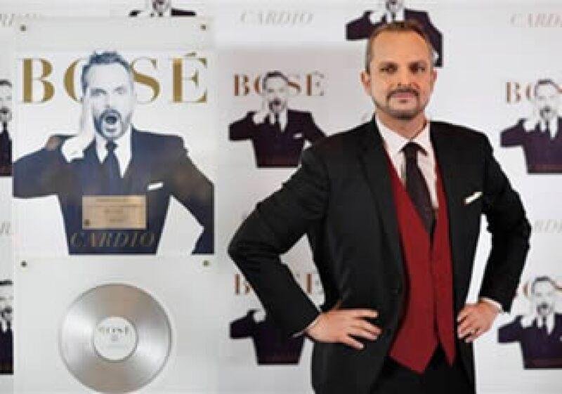 El cantante español Miguel Bosé posa para fotos antes de una conferencia de prensa en ciudad de México. (Foto: AP)