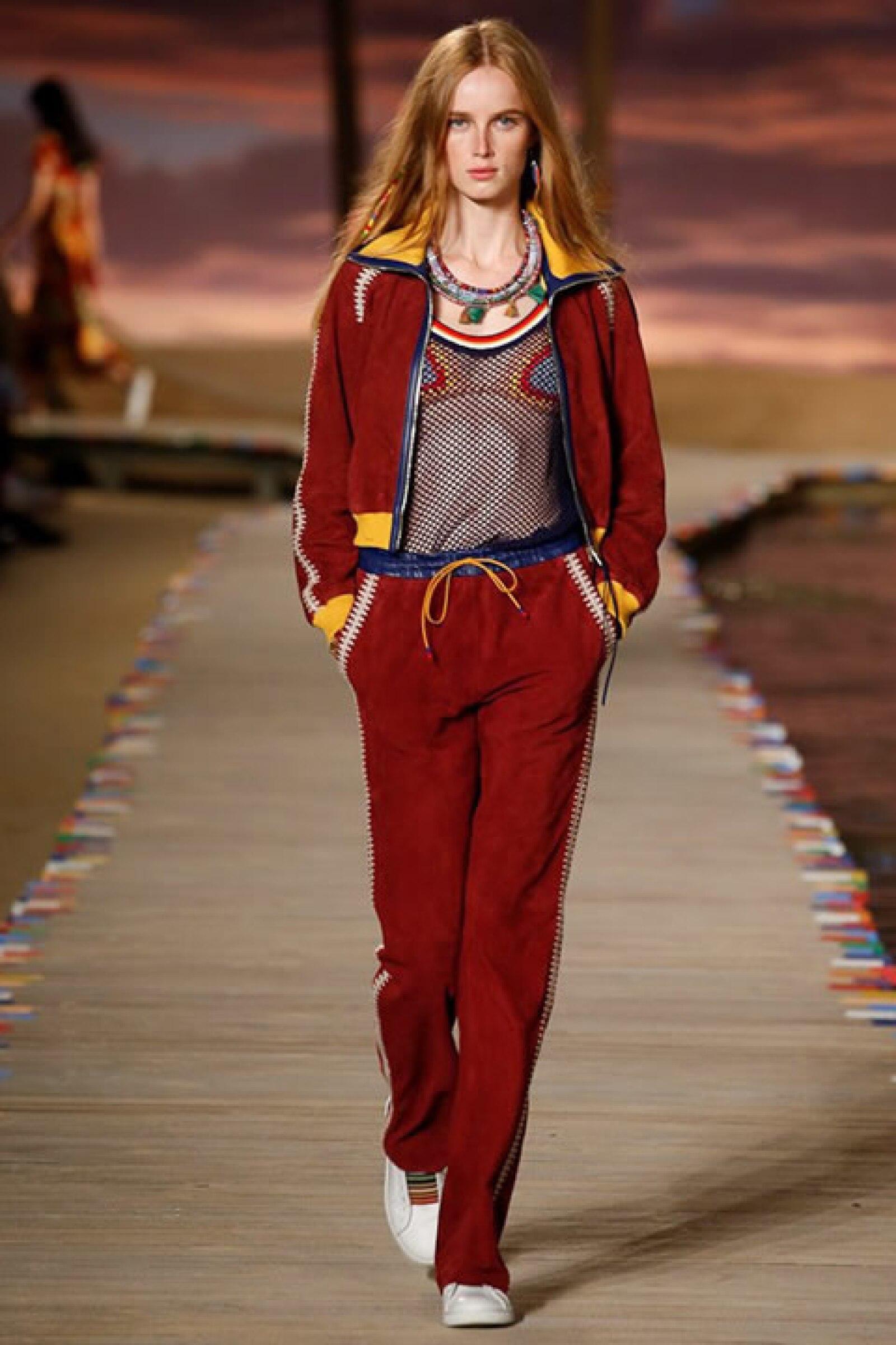 Track suit color vino, tank de red, top de bikini de crochet y sneakers.