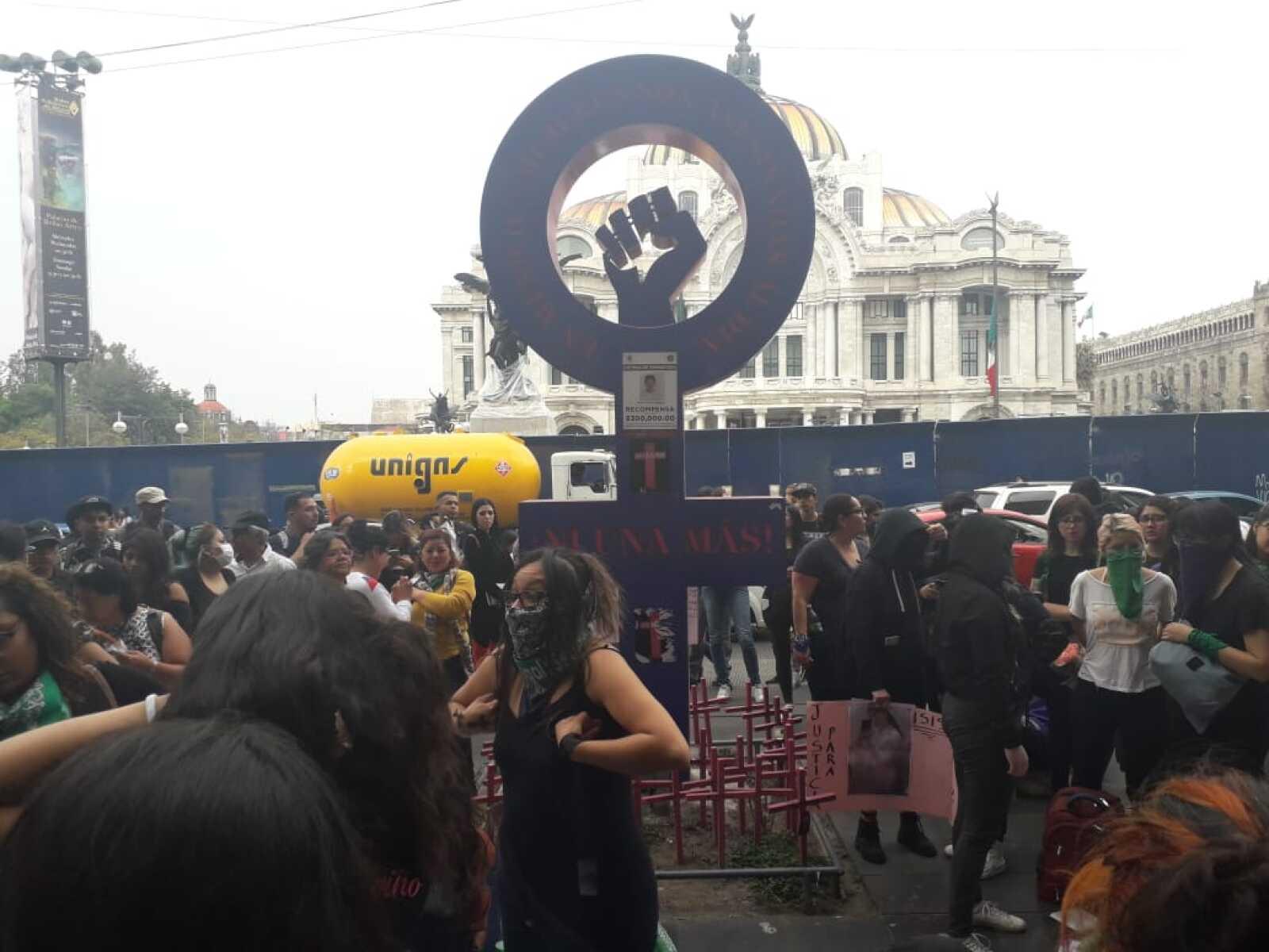 Mujeres sobre avenida Juárez