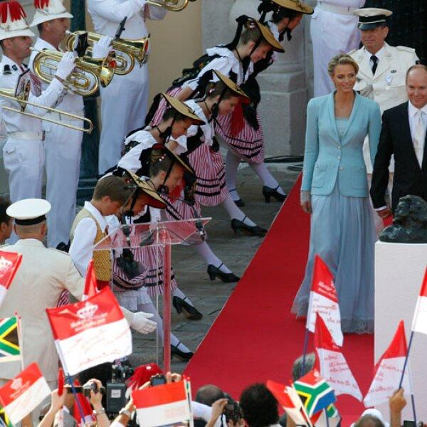 Los monegascos atestaron la plaza frente al palacio donde se realizó la ceremonia con la esperanza de ver a los recién casados.