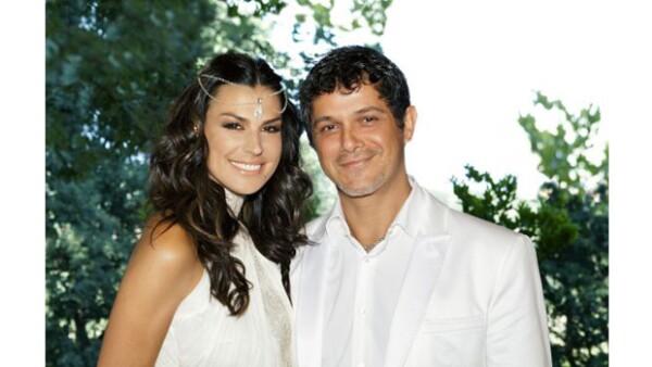 El cantante sorprendió a los asistentes al bautizo de su hijo Dylan al anunciar que también aprovechaba el evento para celebrar su reciente y secreta boda en Barcelona con Raquel Perera.