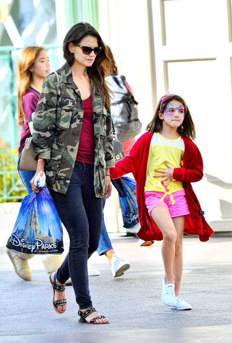 Durante su estancia en el parque de aventuras, Katie compró a su hija souvenirs de la tienda Disney.