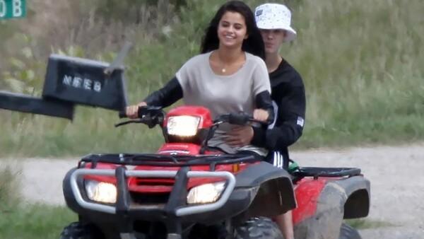 Selena condujo la moto mientras Justin la tomaba por la cintura.