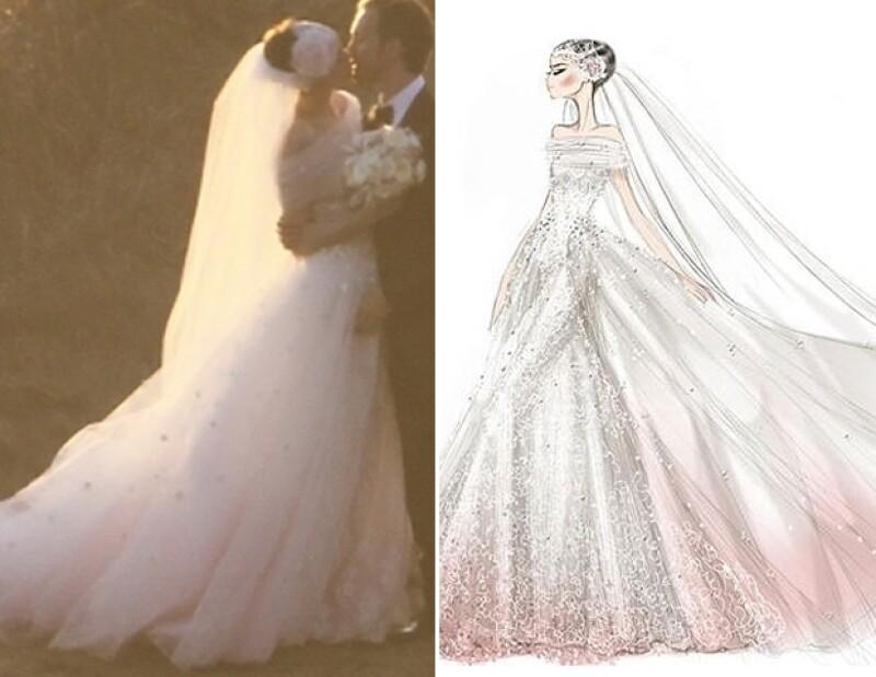 Anne Hathaway contrajo matrimonio en una creación de Valentino, en tradicional blanco que se desvanecía a un tono rosa.