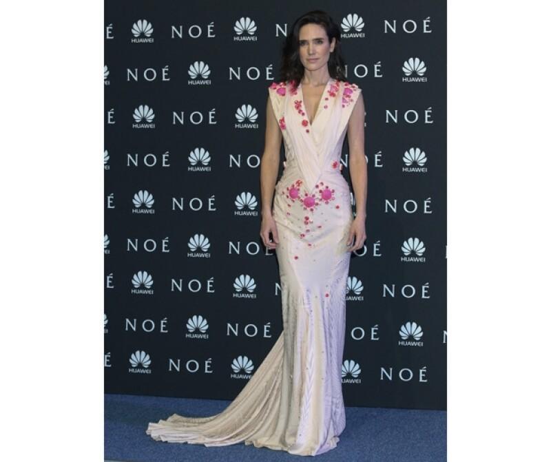 Jennifer Connelly lució un vestido Givenchy y maquillaje natural.