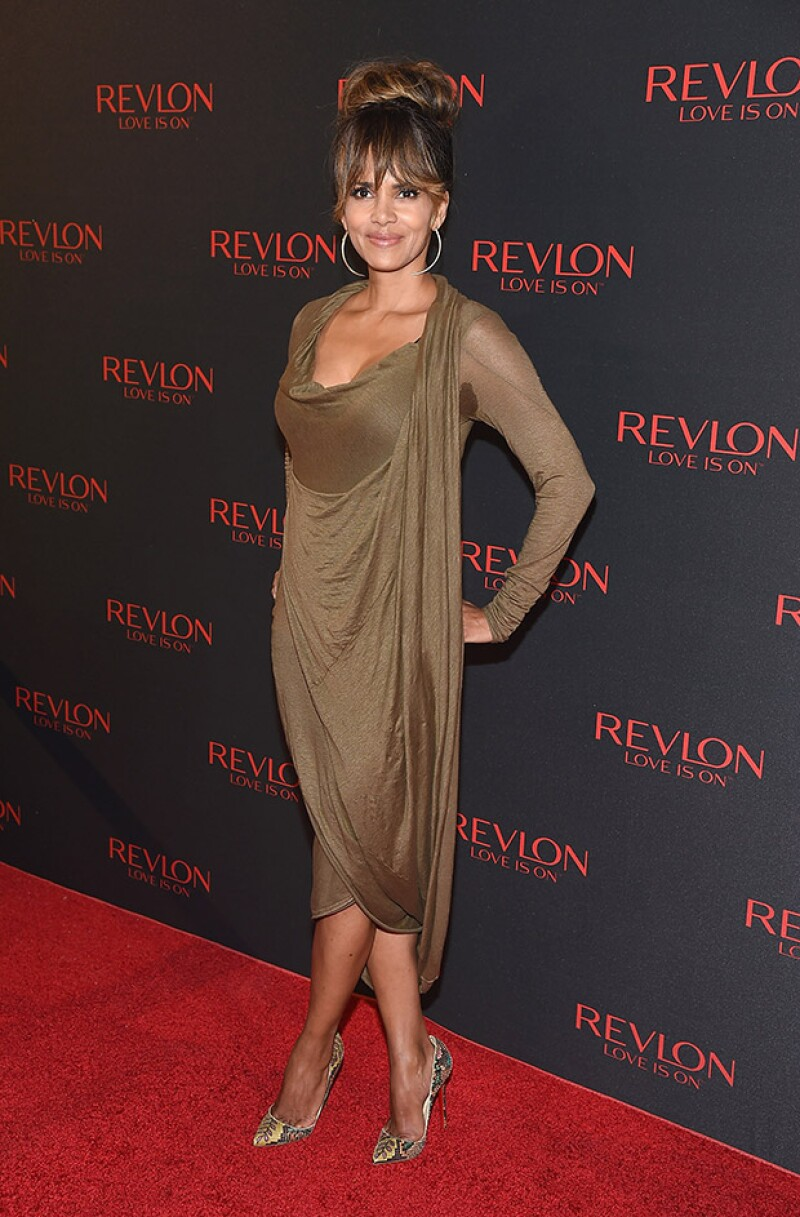 Aunque portó un admirable outfit, la actriz de 49 años vio opacada su imagen por marcas de sudor en su ropa.